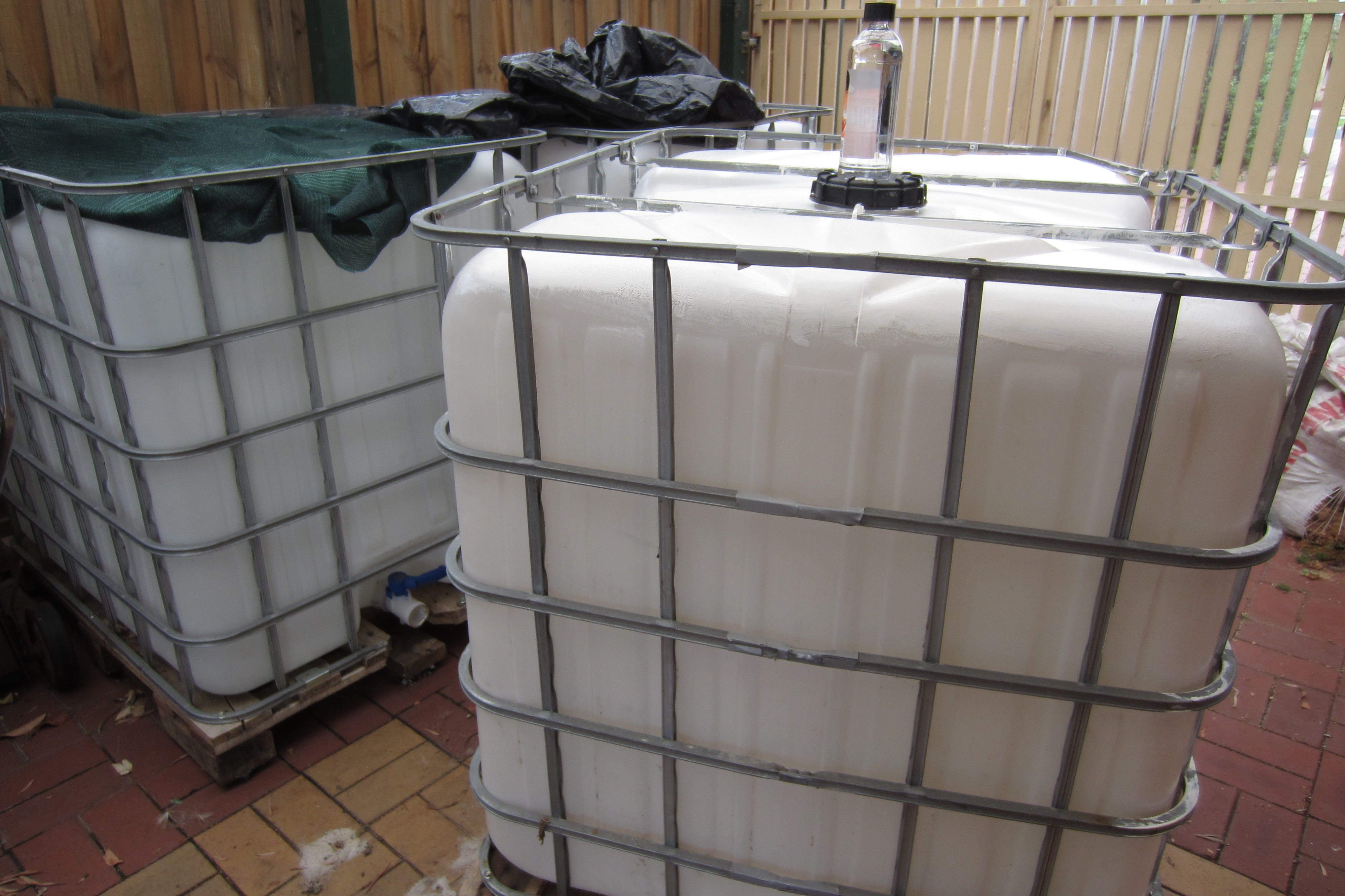 1000 Litre Ibc Container For Water Storage Ground To Ground